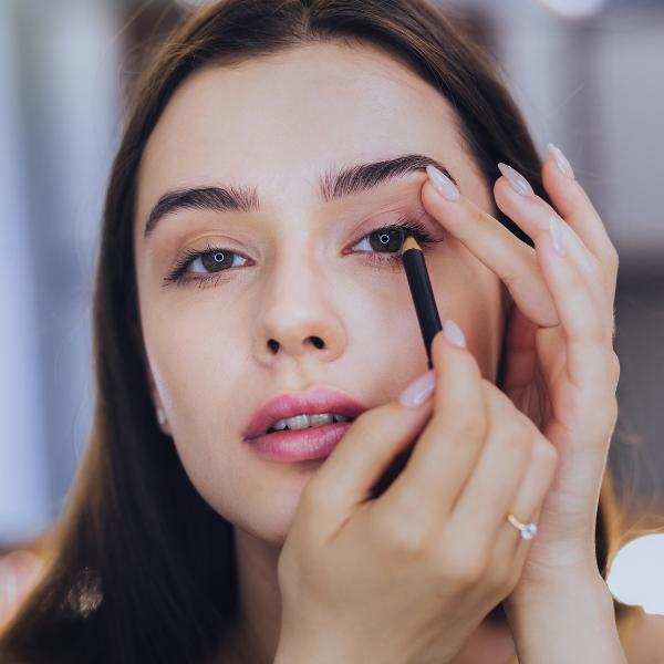 девушка красит глаза