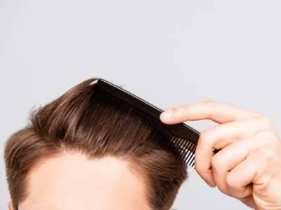 мужчина укладывает волосы