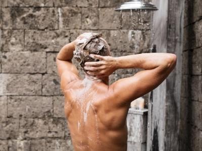 мужчина принимает душ