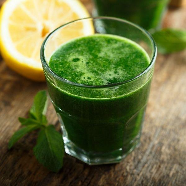 зеленый сок в стакане