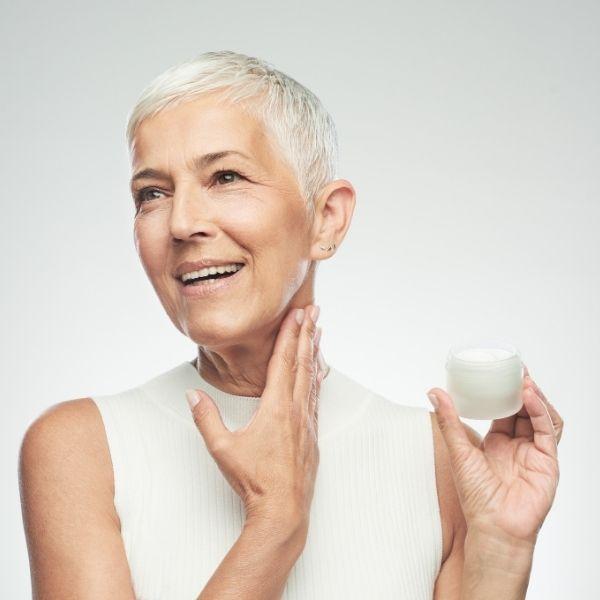 женщина наносит омолаживающий крем
