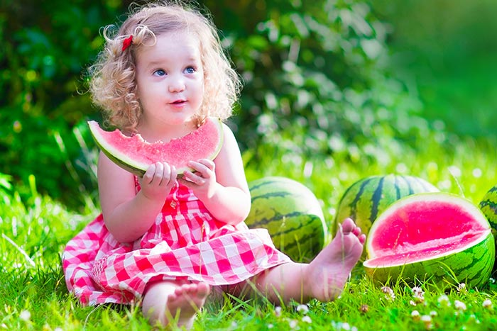 девочка ест арбуз