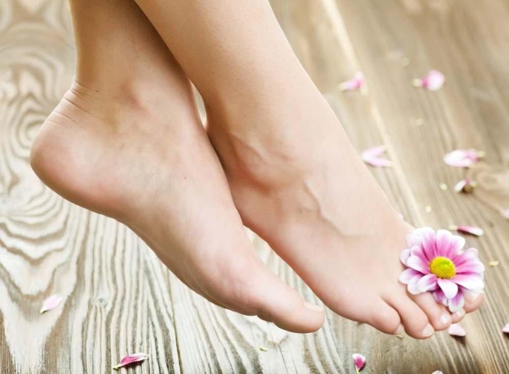ноги с цветком