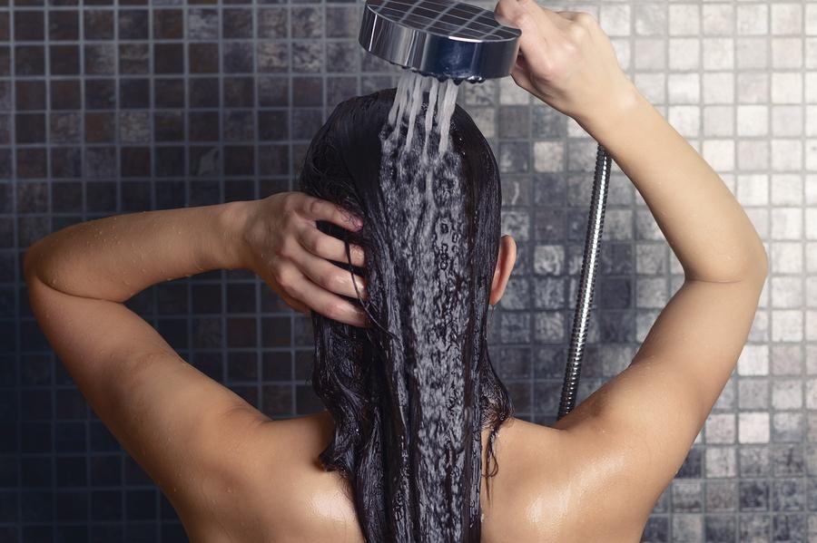 девушка моет волосы в душе