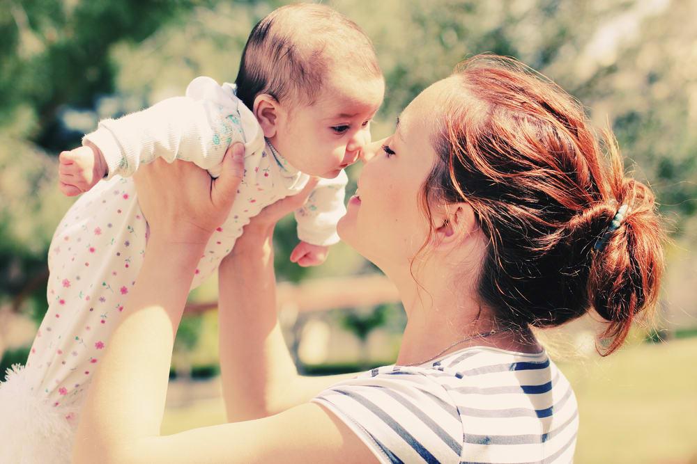 мать с новорожденным ребенком